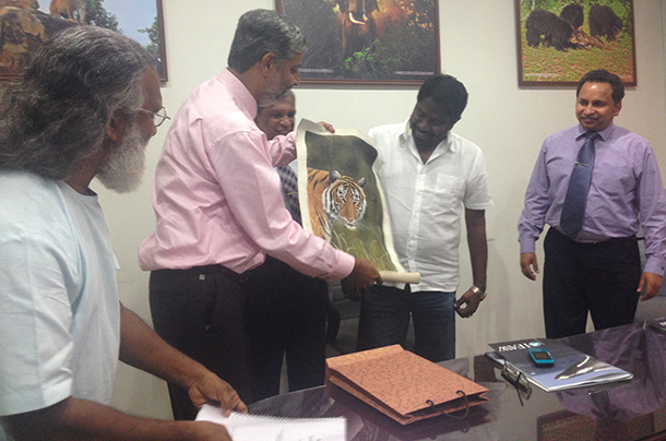 Flanked by senior Ministry officials, Vivek Menon (L) presents a token of IFAW/WTI appreciation to Sri Lankan Minister of Wildlife Resources Conservation, Hon. Gemini Vijith Wijayamuni Zoisa.