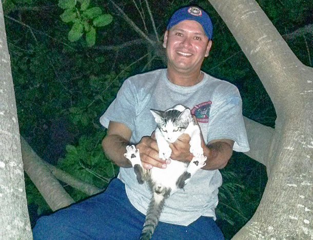 Officers Ismael Bernal and Efrén Jiménez rescued abandoned cat stranded in tree.